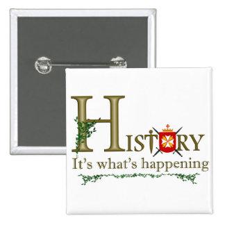 Histoire sa ce qui se produit badge carré 5 cm