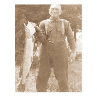 Homme antique de photo tenant un grand poisson carte postale