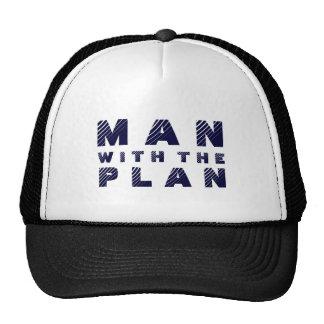 Homme avec la conception bleue des textes de plan casquette de camionneur