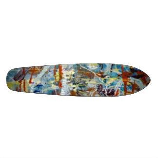 Homme cosmique de bleus planches à roulettes customisées