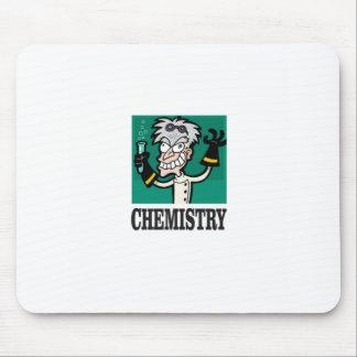 homme de chimie dans le manteau tapis de souris