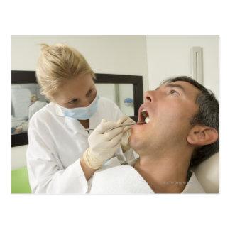 Homme de examen de dentiste féminin cartes postales