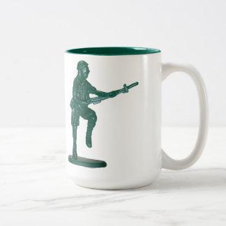 Homme de plastique vert d'armée tasse