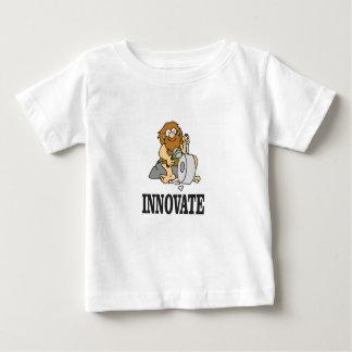 homme des cavernes d'innovation t-shirt pour bébé