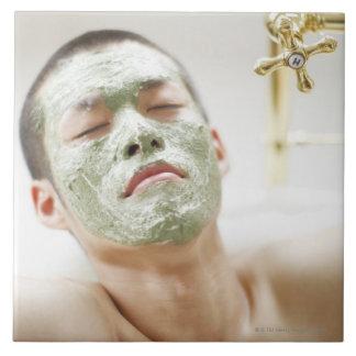 Homme détendant dans une baignoire avec un masque grand carreau carré