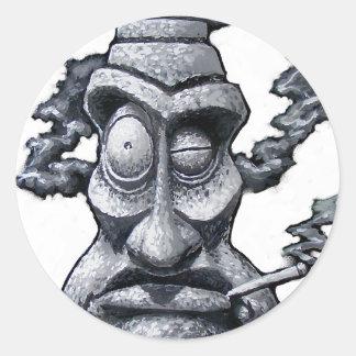 Homme en pierre de Tiki de fumeur Sticker Rond