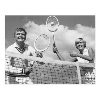 Homme et femme jouant au tennis carte postale