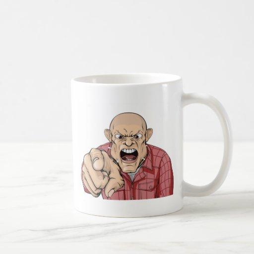 Homme fâché avec le chef rasé criant et se dirigea tasse à café