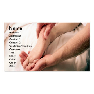 Homme massant le pied masculin