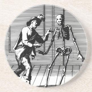 Homme proposant à un squelette dessous de verres