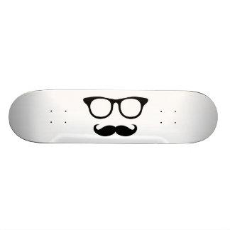 Homme ringard de moustache skateboards customisés