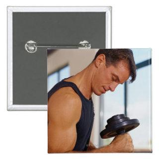 Homme soulevant une haltère badge carré 5 cm