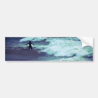 Homme sur des vagues de mer autocollant de voiture
