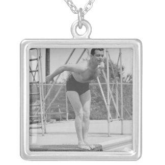 Homme sur le conseil de plongée collier