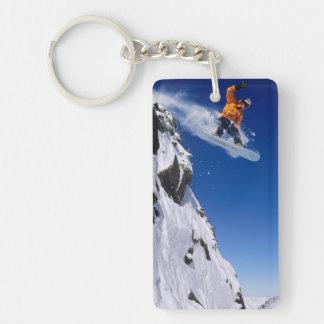 Homme sur un surf des neiges sautant outre d'une porte-clé rectangulaire en acrylique double face