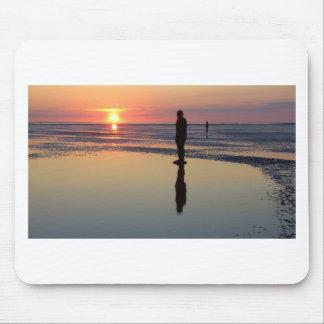Hommes de fer au coucher du soleil Crosby Liverp Tapis De Souris