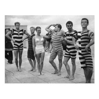 Hommes maladroits vintages dans des maillots de cartes postales