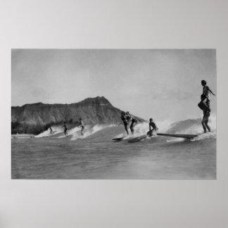 Honolulu, Hawaï - surfers outre de plage de Waikik Posters