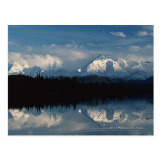 Horizon de lac mirror avec la forêt et les carte postale
