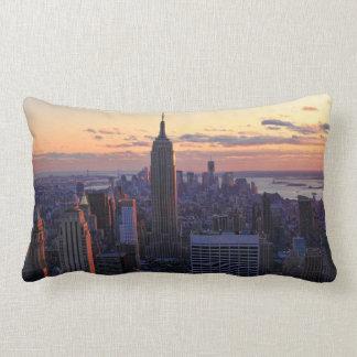 Horizon de NYC juste avant le coucher du soleil Coussin Rectangle