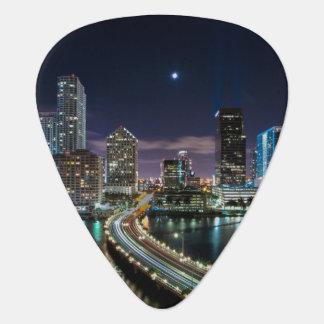 Horizon de ville de Miami avec le pont la nuit Onglet De Guitare