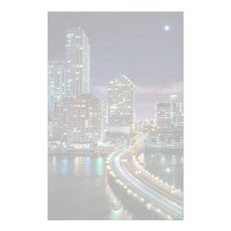 Horizon de ville de Miami avec le pont la nuit Papeterie