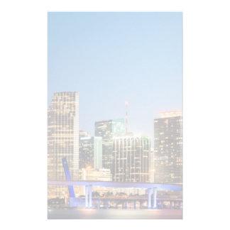 Horizon lumineux de Miami du centre au crépuscule Papier À Lettre Customisable