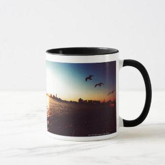 Horizon silhouetté de baie de Tokyo au coucher du Mugs