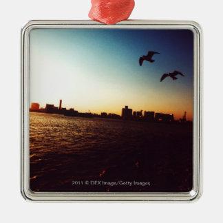 Horizon silhouetté de baie de Tokyo au coucher du Ornement Carré Argenté