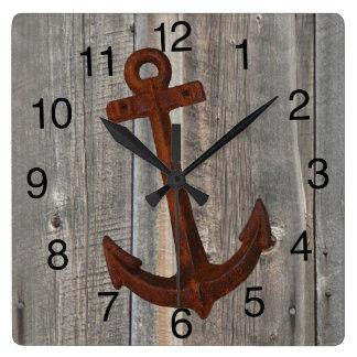 Horloge avec l'arrière - plan en bois de grange et