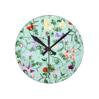 Horloge avec les fleurs décoratives de pois doux