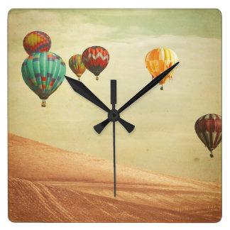 Horloge Carrée Ballons à air chauds dans le ciel