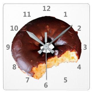 Horloge Carrée Beignet givré par chocolat de gâteau jaune avec la