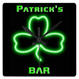 Horloge Carrée Bière irlandaise au néon de shamrock d'horloge de