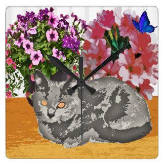 Horloge Carrée Chat de Chartreux par des fleurs