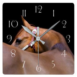 Horloge Carrée Cheval quart avec l'arrière - plan noir