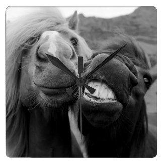 Horloge Carrée Chevaux de sourire des images | de Getty