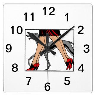 Horloge Carrée Chien R de whippet de lévrier de femmes d'art déco