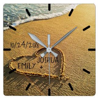 Horloge Carrée Coeur dans la plage tropicale de sable