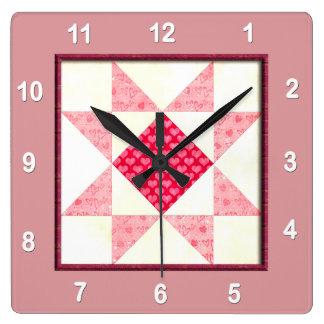 Horloge Carrée Coeurs de bloc d'édredon d'amour dans le rose