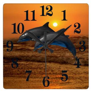 Horloge Carrée Dauphin de Bottlenose au coucher du soleil