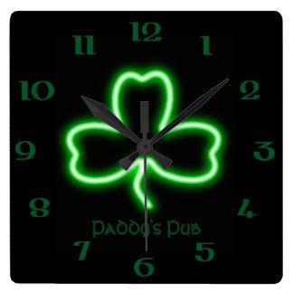 Horloge Carrée Enseigne au néon de Pub personnalisé par shamrock