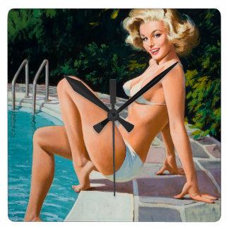 Horloge Carrée Fille de pin-up blonde sexy de piscine à la rétro