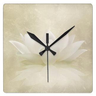 Horloge Carrée Fleur douce élégante de Lotus blanc/lis