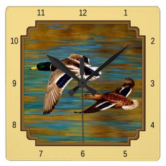 Horloge Carrée Jaune volant de canards sauvages