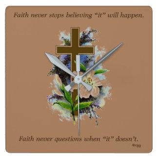 Horloge Carrée La foi ne synchronisent jamais la croix de fleur