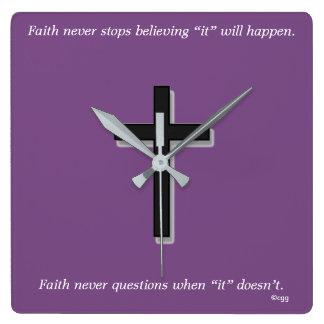 Horloge Carrée La foi ne synchronisent jamais la croix de solide