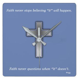 Horloge Carrée La foi ne synchronisent jamais la croix de w/Blue