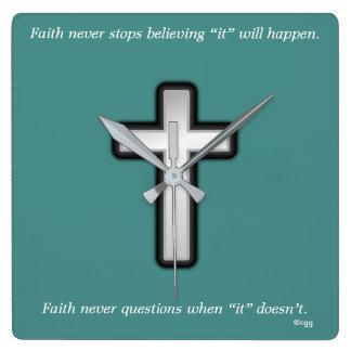 Horloge Carrée La foi ne synchronisent jamais la croix d'ensemble