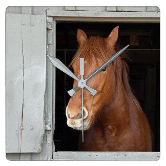 Horloge Carrée Le cheval quart de châtaigne attendant pour être a